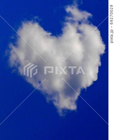 ハートの雲が浮かぶロマンティックな青空 69270029