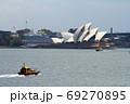 シドニー湾からオペラハウスを望む 69270895