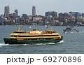 シドニー湾の観光旅客船 69270896