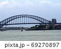シドニー湾のハーバーブリッジ 69270897