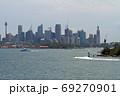 シドニー湾に浮かぶ高層ビル群 69270901