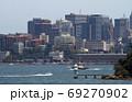 シドニー湾に浮かぶ高層ビル群 69270902
