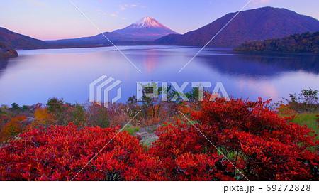 夕陽に染まる富士山を望む紅葉の本栖湖夕景 69272828