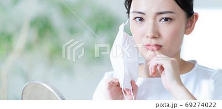 マスクのため肌荒れを気にする若い女性 バナーサイズ 69274022