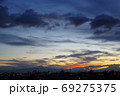 杪夏の夕暮れ時に見上げた空 69275375