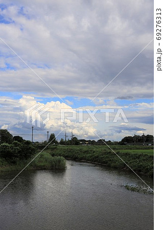 大雨の後水量の増した綾瀬川の風景 69276313