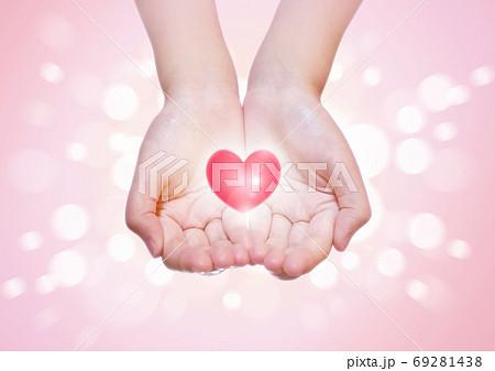 すくう両手にハートを乗せて差し出す愛があふれるイメージ 69281438