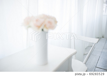白い爽やかな自然光とバラと家具(スタジオ撮影) 69283529