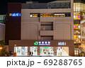 秋葉原駅 電気街口の駅前夜景 (東京都千代田区) 2020年8月 69288765