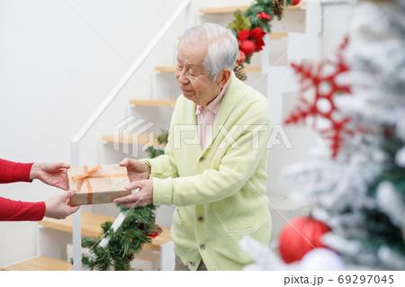 クリスマスにプレゼントをもらうシニア 69297045