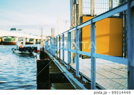 ボート乗り場の立ち入り禁止区間の手すり 69314449