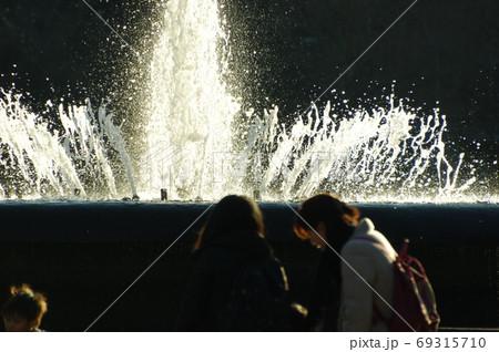 東京日比谷公園の大噴水と周囲の人々 69315710