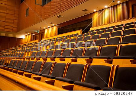 コンサート会場の座席 69320247