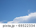 夏の空と飛行機雲 - 縦と横のバリエーションがあります 69322334