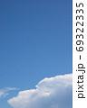夏の空と飛行機雲 - 縦と横のバリエーションがあります 69322335