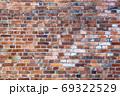 古い煉瓦の壁 - 複数のバリエーションがあります 69322529