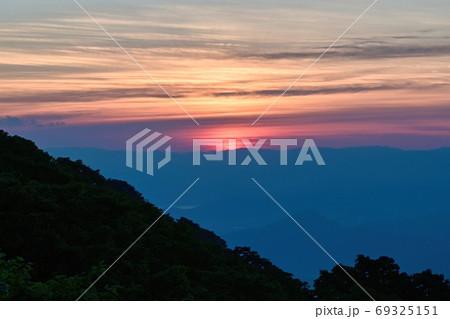 伊吹山から見た夏の日没直後の夕焼け情景@滋賀 69325151
