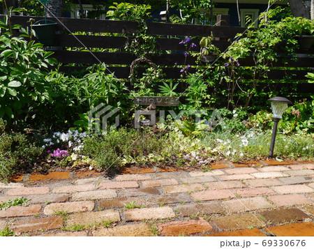 日当たりがよく植物がいきいきする庭 69330676