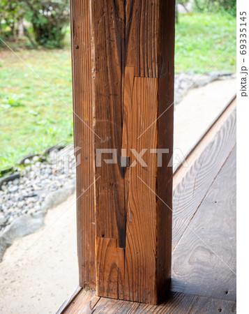 東秩父山里の古民家のある景色 組木の柱 69335145