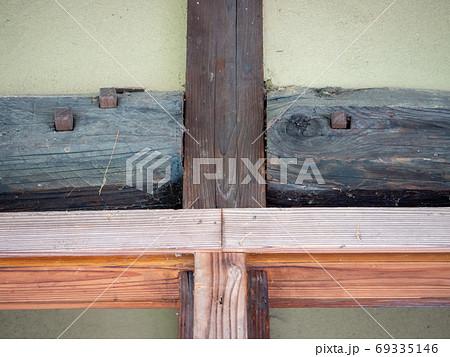 東秩父山里の古民家のある景色 古い梁と柱 69335146