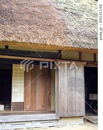 東秩父山里の古民家のある景色 縁側と雨戸 69335149