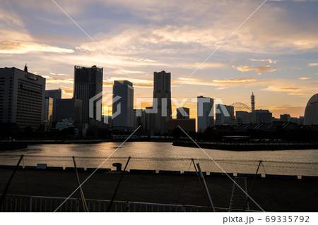 大さん橋からの神奈川県横浜市みなとみらいのビル群(夕日) 69335792