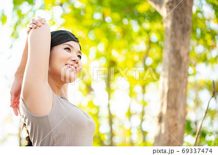 健康イメージ 森の中でストレッチする女性 69337474