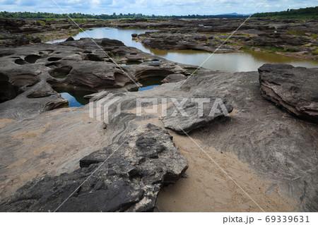 タイ国ウボンラーチャターニー県メコン川の観光地サムパンボーク 69339631
