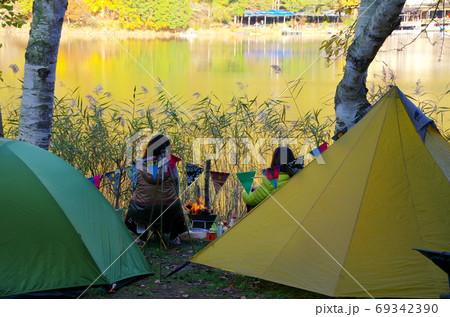 秋のキャンプ 紅葉の四尾連湖(山梨県市川三郷町) 69342390