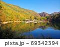紅葉の四尾連湖(山梨県市川三郷町) 69342394
