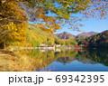 紅葉の四尾連湖(山梨県市川三郷町) 69342395