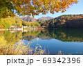紅葉の四尾連湖(山梨県市川三郷町) 69342396