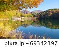 紅葉の四尾連湖(山梨県市川三郷町) 69342397