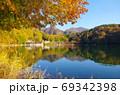紅葉の四尾連湖(山梨県市川三郷町) 69342398