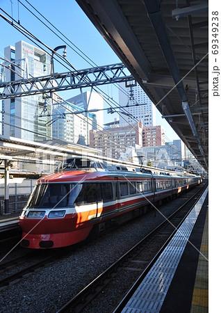 小田急小田原線、南新宿駅に入線する特急はこね(7000形) 69349238