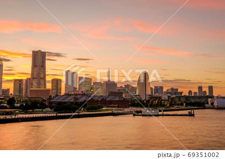 大さん橋からの横浜みなとみらいの夕景 69351002