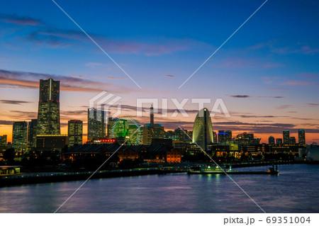 大さん橋からの横浜みなとみらいの夜景 69351004