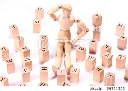 アルファベットブロックと木の人形 69351596