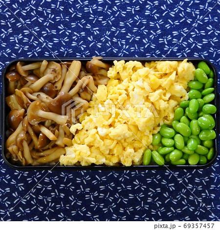 炒めたしめじと炒り玉子と枝豆の手作り三色丼弁当 69357457