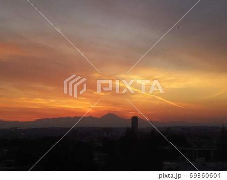 都心から遠く富士山を望む夕焼け空 69360604