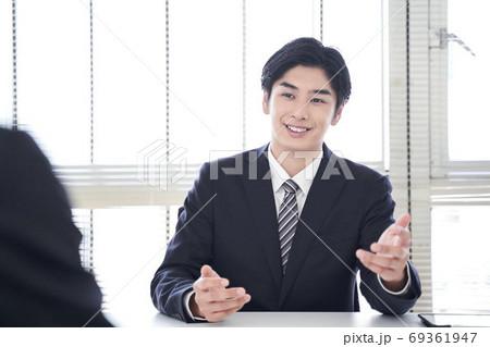 オフィスで営業をする日本男性ビジネスマン 69361947