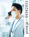 スマホで電話する男性会社員 69362933