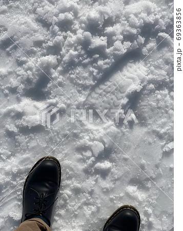 岩手のふかふかの雪に革靴の絶妙なアンバランス 69363856