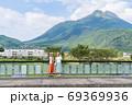 女子旅で由布岳を背景に記念撮影をする若い女性と友達 【9月】 69369936