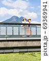 女子旅で由布岳を背景に景色を眺める若い女性と友達 【9月】 69369941