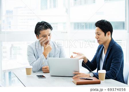 会議をする男性会社員 69374056