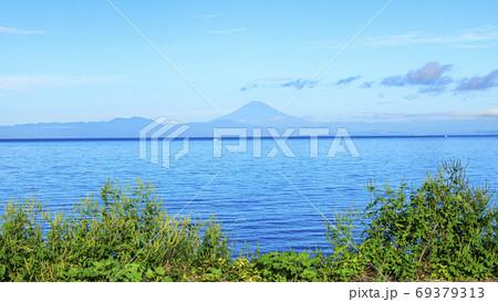 湘南三浦半島初秋の漁港・海水浴場の三戸浜の晴れ 69379313