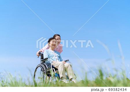 シニア女性、介護、車椅子、青空 69382434