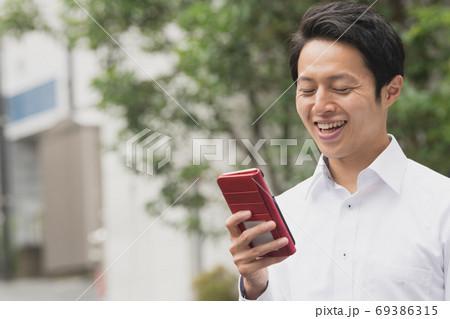 スマホを見る30代の日本人ビジネスマン 69386315