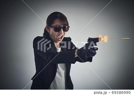 銃を持つ女性 69386990